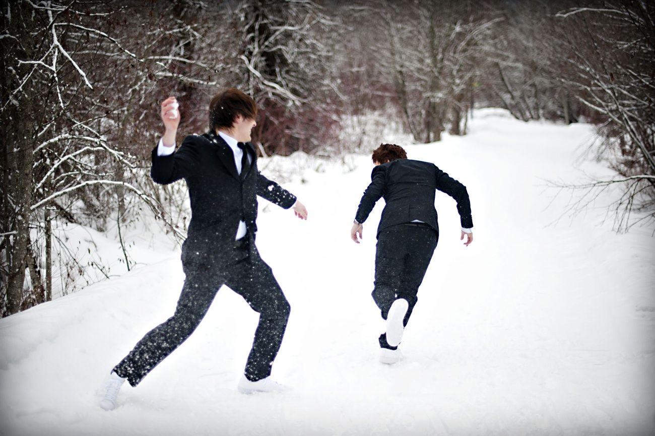 Outdoor Winter Wedding Photography: Action Shot Winter Wedding