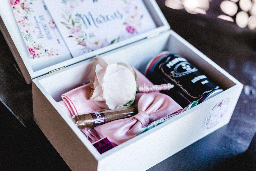 Uberraschungsbox Geschenkbox Fur Den Brautigam Am Tag Der Hochzeit Foto Die Ceh Uberraschung Hochzeit Morgen Der Hochzeit Brautigam Uberraschung Hochzeit