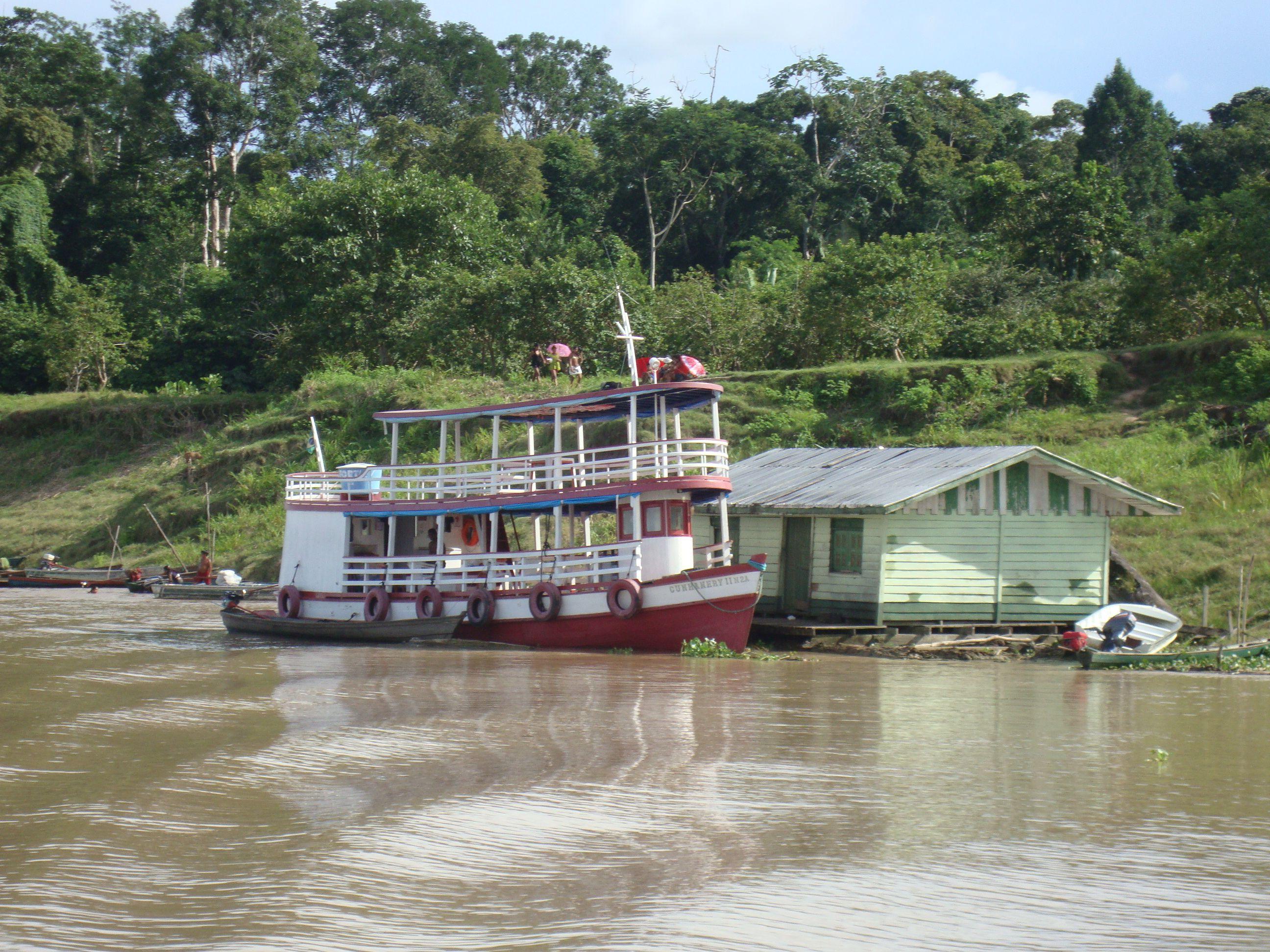 Navegando por el Río Amazonas (Brasil)