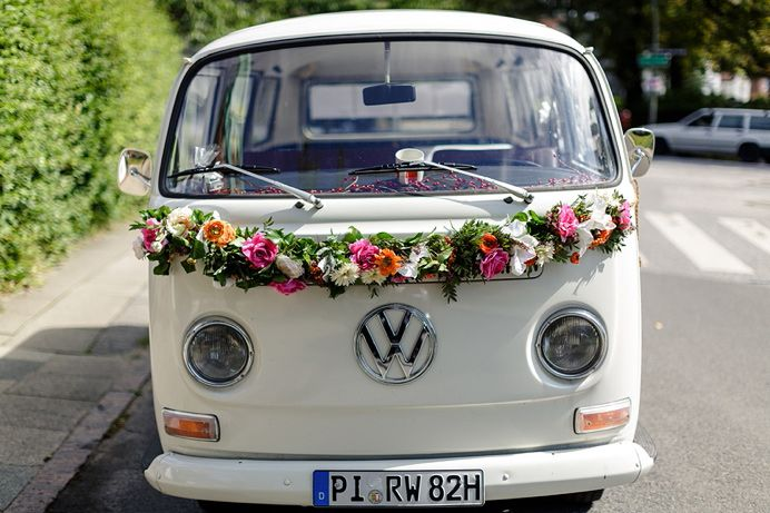 vw bus als hochzeitsauto mit blumen geschm ckt t3 deko. Black Bedroom Furniture Sets. Home Design Ideas