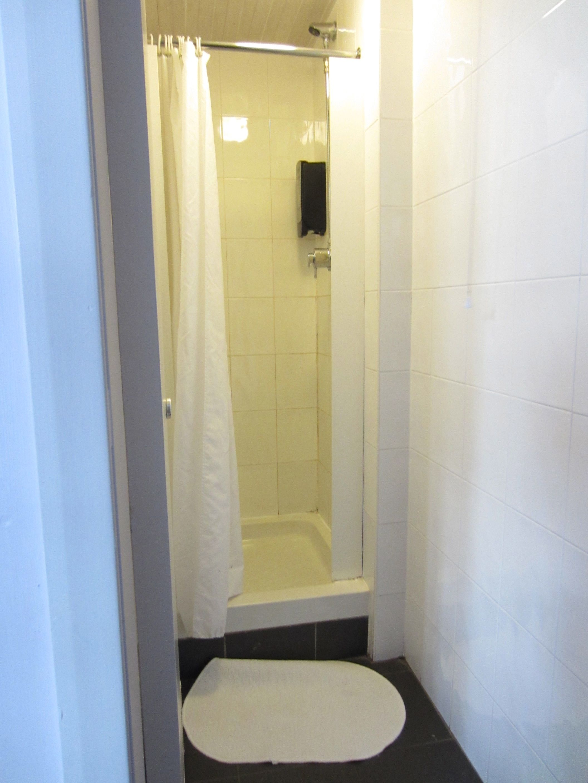 Bathroom Mirrors Glasgow 2 Private Bathrooms In 14 Bed Female Dorm Euro Hostel Glasgow