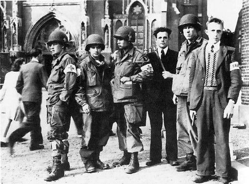 Medics van de 101st Airborne Division voor de Lambertuskerk in Veghel (Met twee leden van de Knokploeg 'Veghel-Eerde')