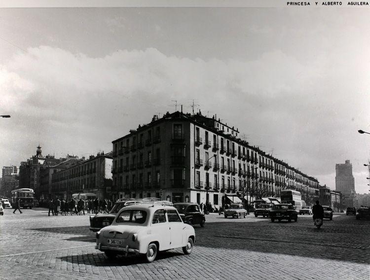 Cruce de las calles Princesa y Alberto Aguilera. Al fondo, antiguo barrio de Pozas, actual ubicación de El Corte Inglés de Princesa. 1966