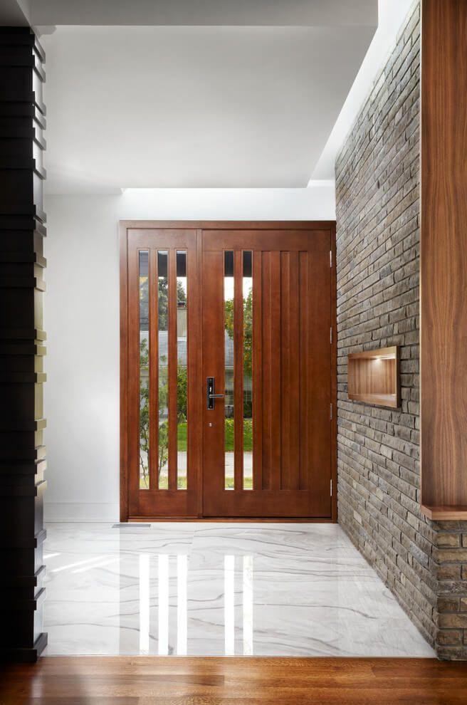 Une porte en bois pour l'entrée. http://www.m-habitat.fr/portes/types-de-portes/une-porte-d-entree-sur-mesure-1630_A
