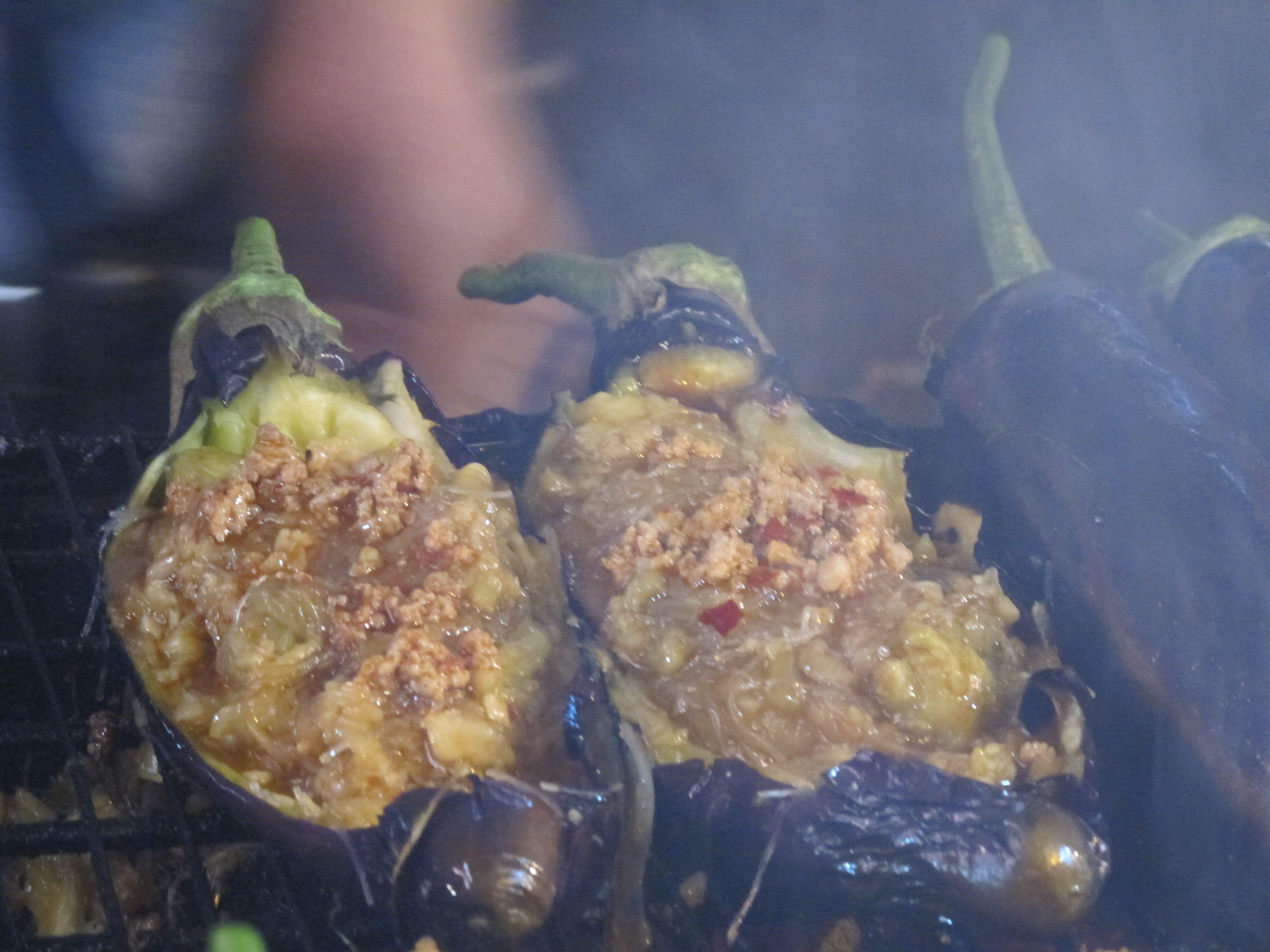 Asya usulü kumpir... Patlıcan içine noodle, kıyma ve acı sos...