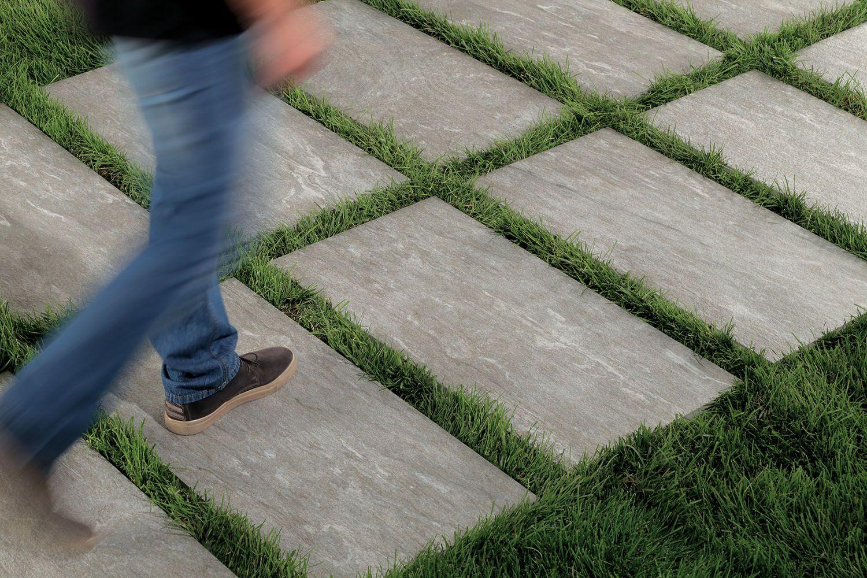 Comment Placer Des Dalles De Jardin carrelage 2cm : pose sur pelouse - comment poser dalles 20mm