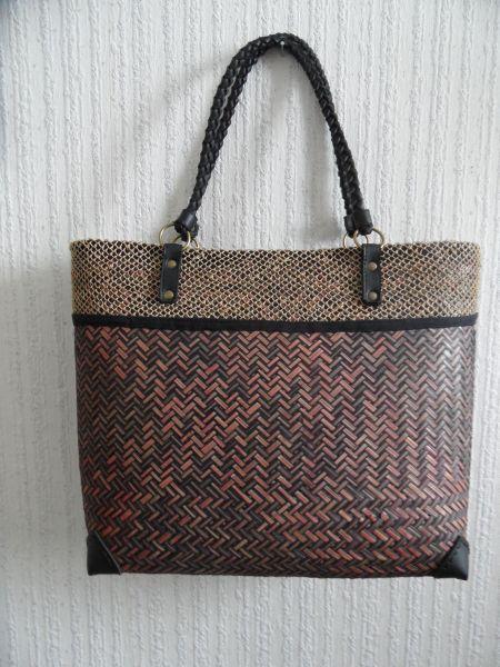 fbe0f7e42a8 Trendy tas van riet gemaakt bruin rood van kleur. | Basketry - Bags