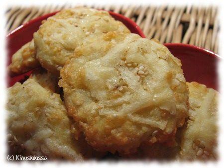 Parmesan-keksien ohje on tämän vuotisesta Kaikkien aikojen Joulu -lehdestä. Parhaimmillaan ja pehmeimmillään nämä ovat tuoreina tai mielellään saman päivän aikana leivottuina. n. 20 kappaletta Taikina: 3 dl parmesan-raastetta 2 ½ dl vehnäjauhoja ½ dl seesaminsiemeniä 125 g voita tai margariinia 1 muna Pinnalle: ½ dl parmesan-raastetta seesaminsiemeniä Raasta parmesan-juusto. Sekoita keskenään juustoraaste, vehnäjauhot ja seesaminsiemenet. […]