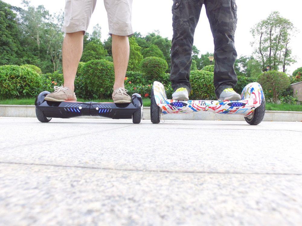 Due ragazzi vengono ritratti mentre sono sui loro hoverboards, entrambi bluetooth, il primo è nero, l'altro ha delle fantasie bianche rosse e azzurre