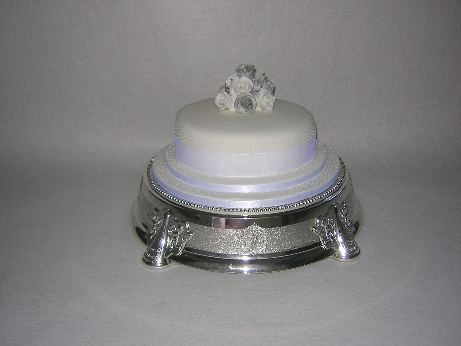 Black and white wedding cake designs look their best with black satin ribbons wrapped around the tiers and fresh white flowers. Description from lyzain.com. I searched for this on bing.com/images
