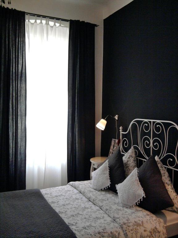 Schlafzimmer in dunklen Farben mit verschnörkeltem Bett ...