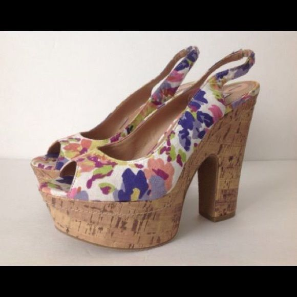 Fun floral Steve Madden heals These heals are perfect for spring/summer! Steve Madden Shoes Wedges