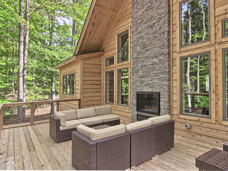 9 Michigan Vacation Rentals That Are Cabins On The Outside Modern On The Inside Michigan Vacations Luxury Vacation Hot Tub Outdoor