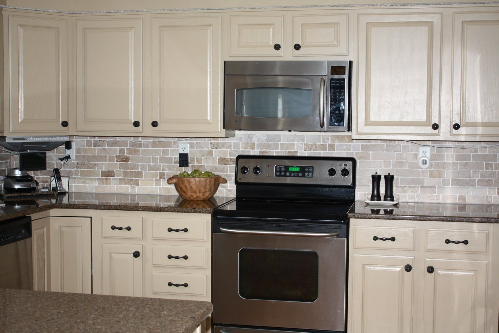 Cream Color Kitchen Cabinets Love The Cream Color Painted Kitchen Cabinets With Dark Hardware