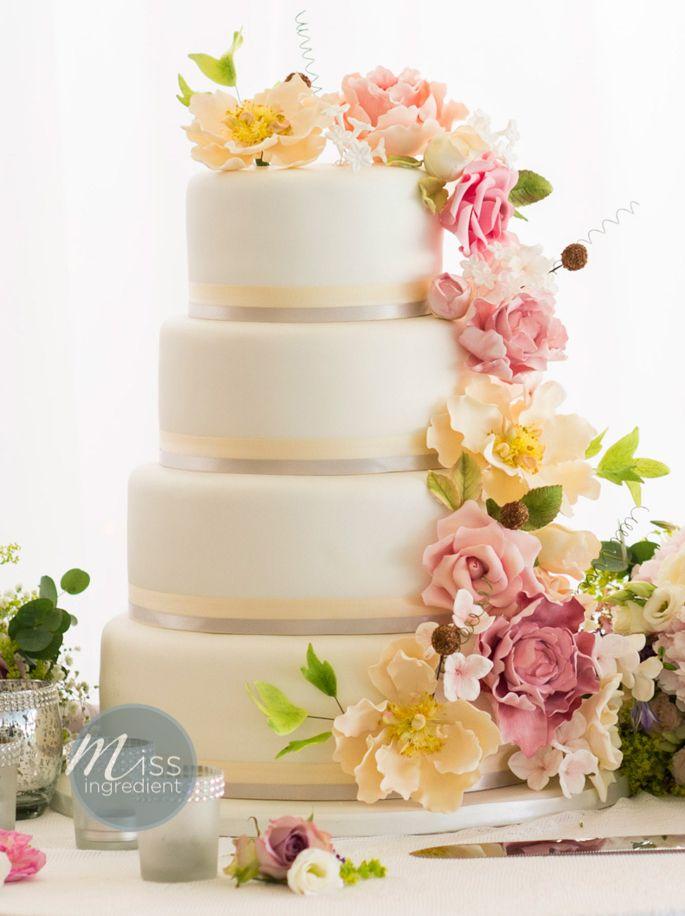 Best fresh flowers for wedding cakes
