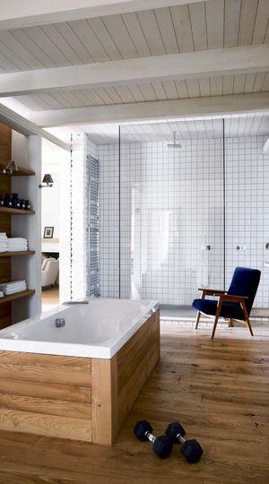 Lambris versus carrelage dans cette grande salle de bains ! Plus de photos sur Côté Maison http://petitlien.fr/7eyb