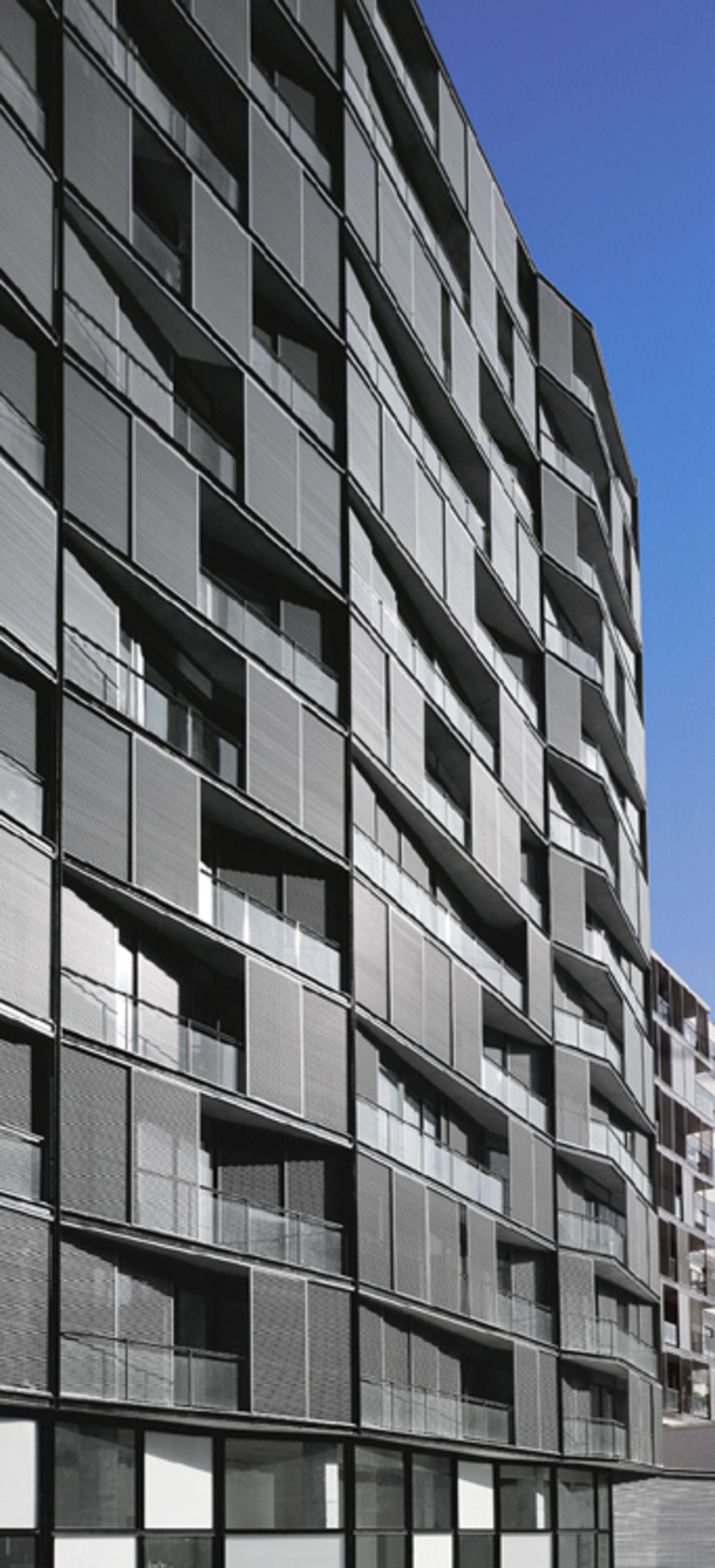 En la nueva Diagonal de Barcelona, frente al parque proyectado por Jean Nouvel en el extremo del brazo norte de la manzana, se ubica un edificio residencial que atiende a la doble condición, por un lado como frente de una manzana abierta del Plan C...