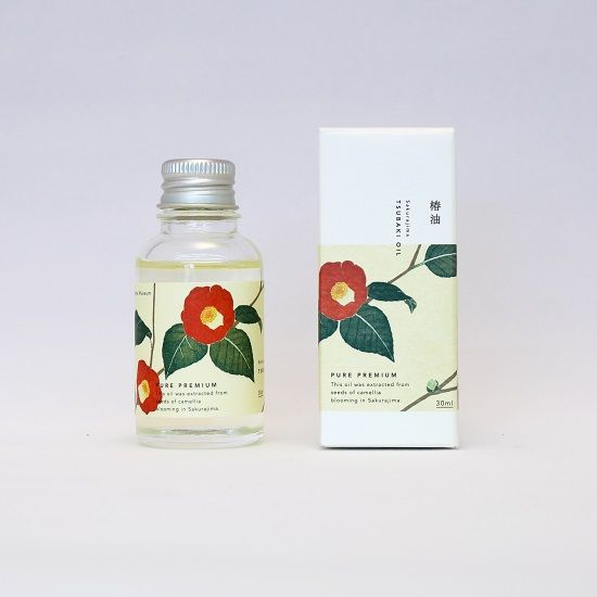 コールドプレス製法で製造した純粋で貴重なオイルです。従来の椿油の持つ独特の色やにおいを和らげ、粘性を下げる事でお肌へのなじみが増した、潤いのあるスキンケアが可能な商品です。