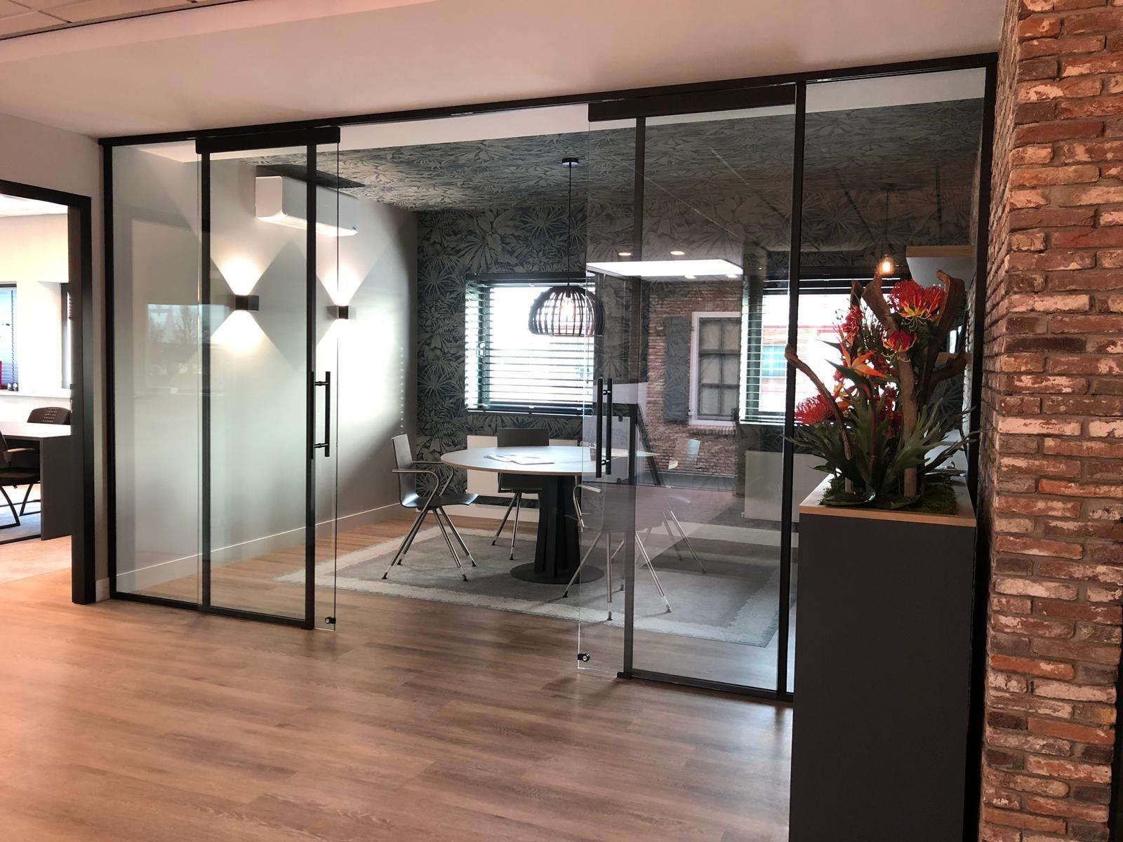 Glaswand met schuifdeuren in aluminium kader in steellook