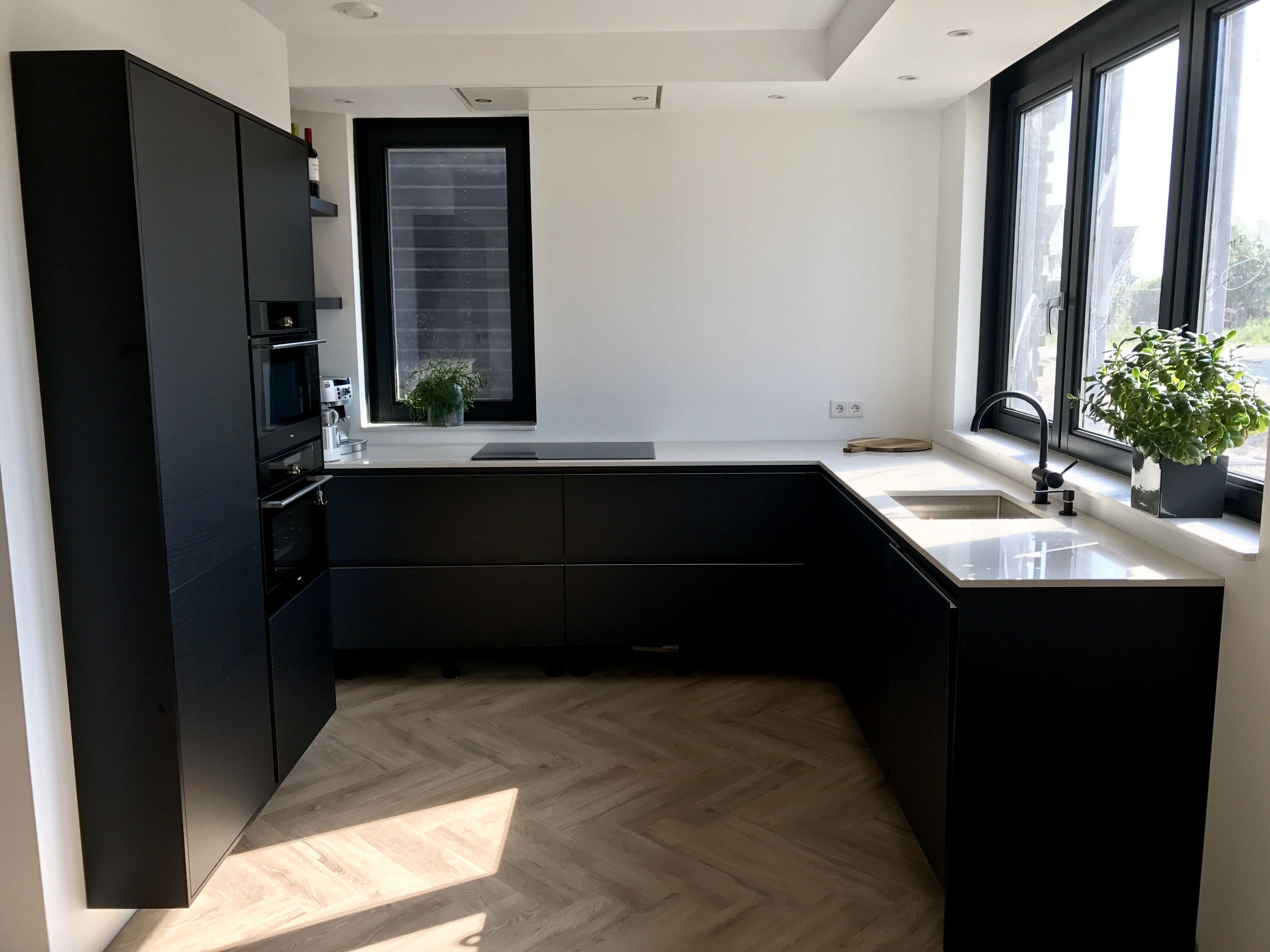 Zwarte keuken met pvc vloer visgraat vivafloors kitchen project