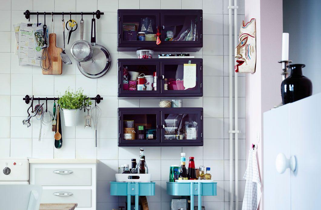 Sú vaše kuchynské skrinky a zásuvky preplnené? Pozrite si naše 3 tipy na úložné riešenia zahŕňajúce tyče, skrinky a vozíky.
