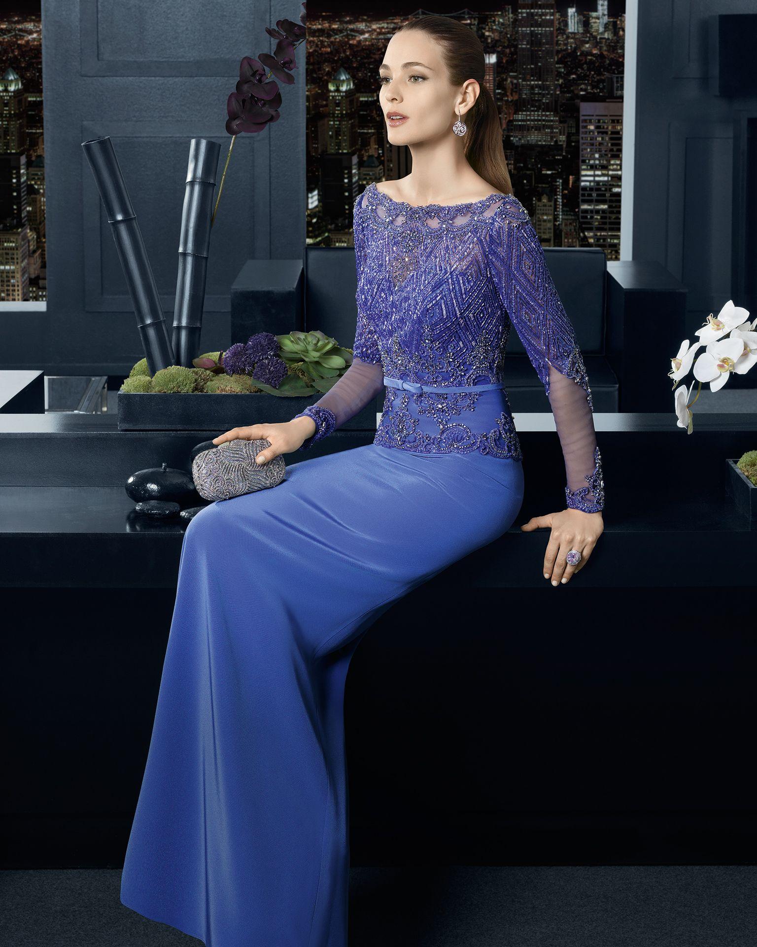 Vestido azul con chal plateado