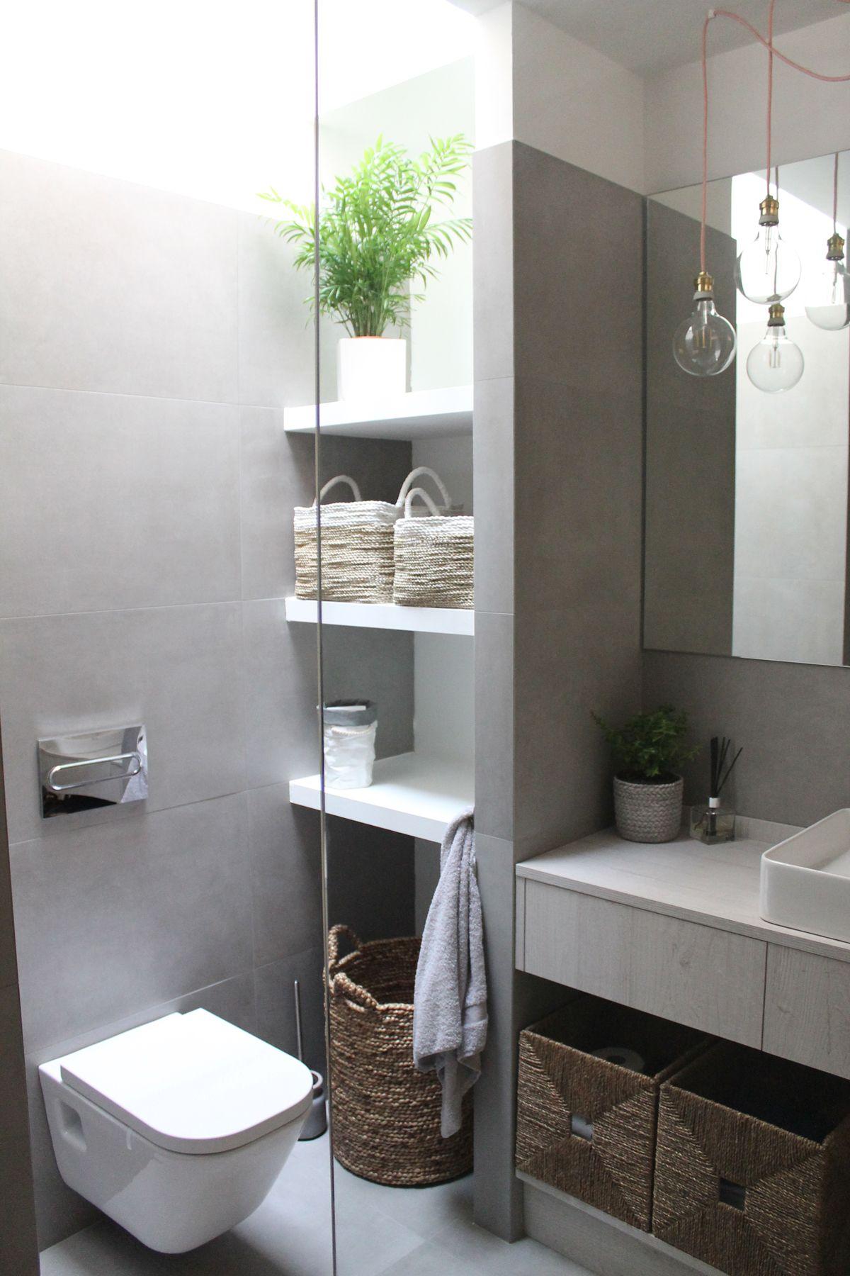 Ba o con baldas en gris y blanco y mampara transparente