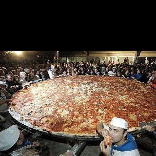 That's a bigga pizza!!
