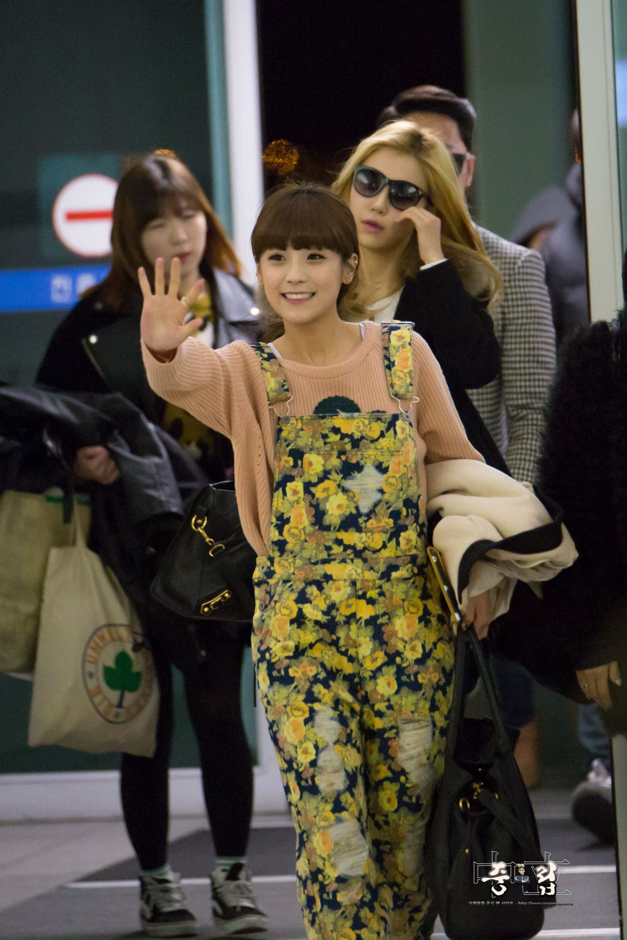 Airport Fashion Spotlight: Crayon Pops Soyul Ready for Spring Style! More: http://www.kpopstarz.com/articles/78274/20140210/airport-fashion-spotlight-crayon-pop-s-soyul-ready-spring-style.htm