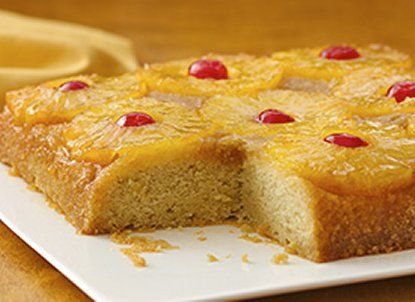 Ingredientes:  1/4 taza de mantequilla o margarina  1 taza de azúcar morena  1 lata (20 oz) de piña en rebanadas, colada (sin jugo) guarda el jugo  1 envase (6 oz) de cerezas rojas en almíbar estilo maraschino, sin jugo  1 caja ( 1lb 2.25 oz) de mezcla para pastel amarillo Betty Crocker SuperMoist yellow cake mix  Aceite vegetal y huevos como lo indican las instrucciones al reverso de la caja