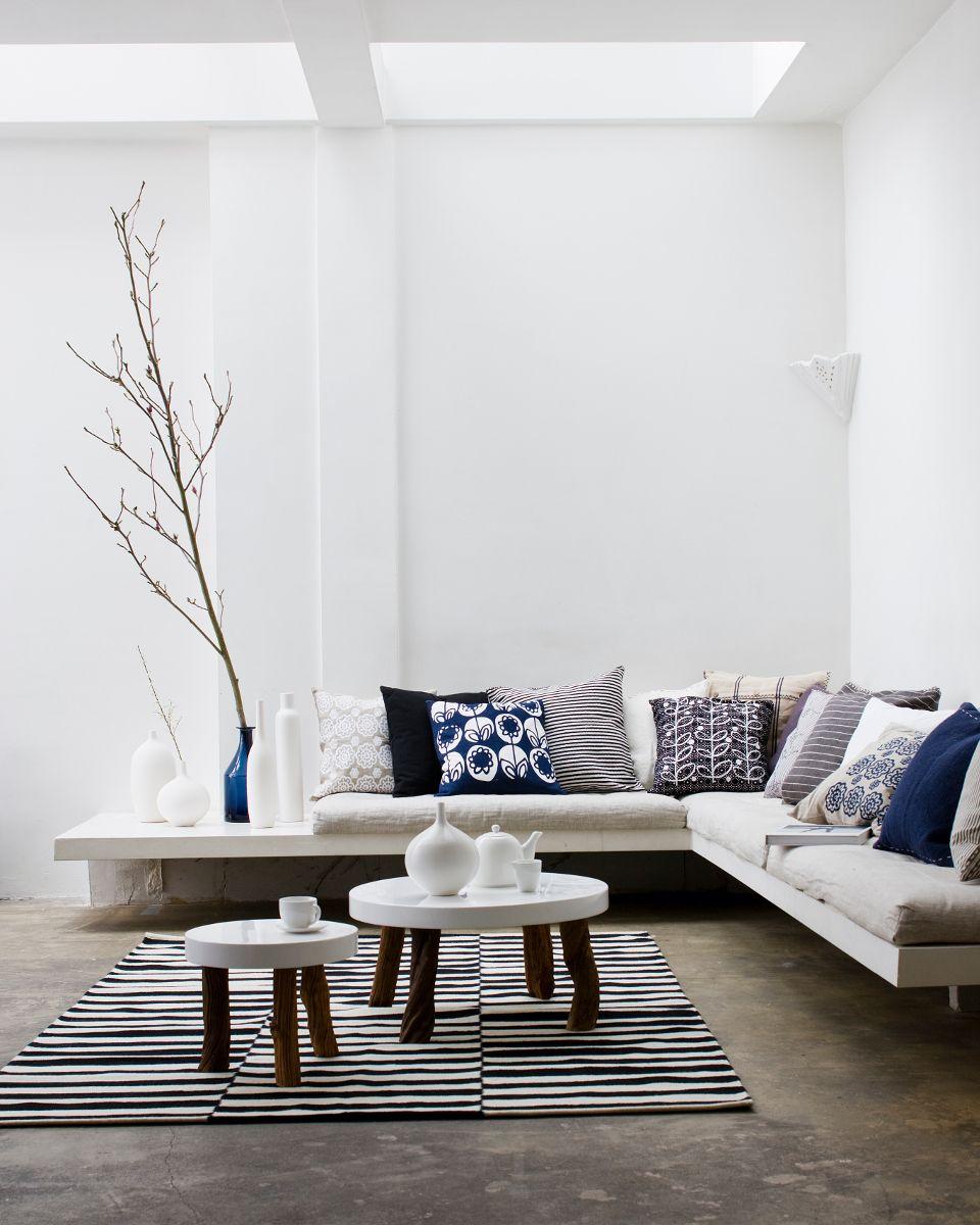 Mooie witte woonkamer met donkere en houten accenten #livingroom ...