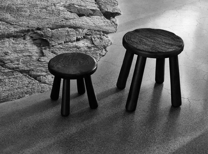 Tavolino sgabello in legno nero della collezione in edizione