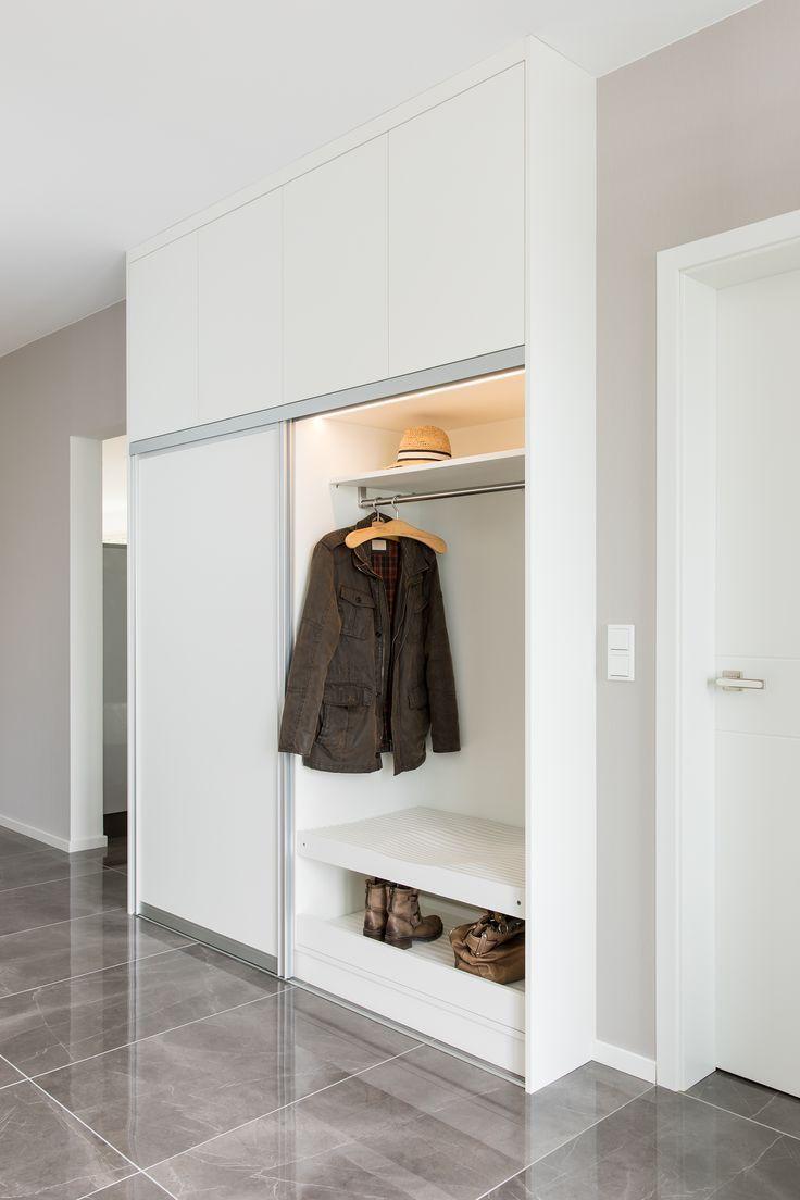 Garderobe Mit Integriertem Sitzplatz Sitzflache Aus Gefrasten