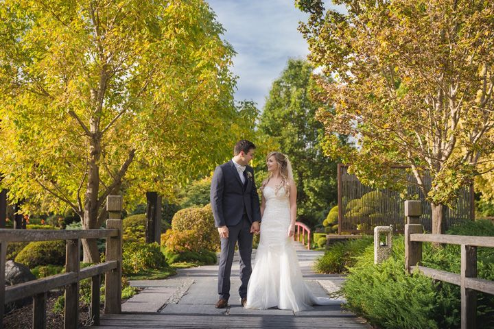 Bride and groom wedding photo at Hunter Valley Garden | itakeyou.co.uk #wedding #classicwedding #pinkwedding #weddingreception #huntervalleywedding #australiawedding #destinationwedding