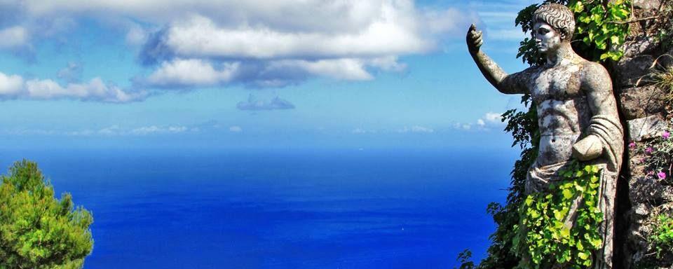 À la fois luxueuse et mélancolique, l'île de Capri a inspiré de nombreux artistes, et est probablement la plus élégante des îles de Campanie ! - #easyvoyage #easyvoyageurs #clubeasyvoyage #terresdevoyages #travel #traveler #traveling #travellovers #voyage #voyageur #holiday #holidaytravel #tourism #tourisme #nature #mer #sea #ocean #vue #view #italie #italy #capri #ile #island #campanie