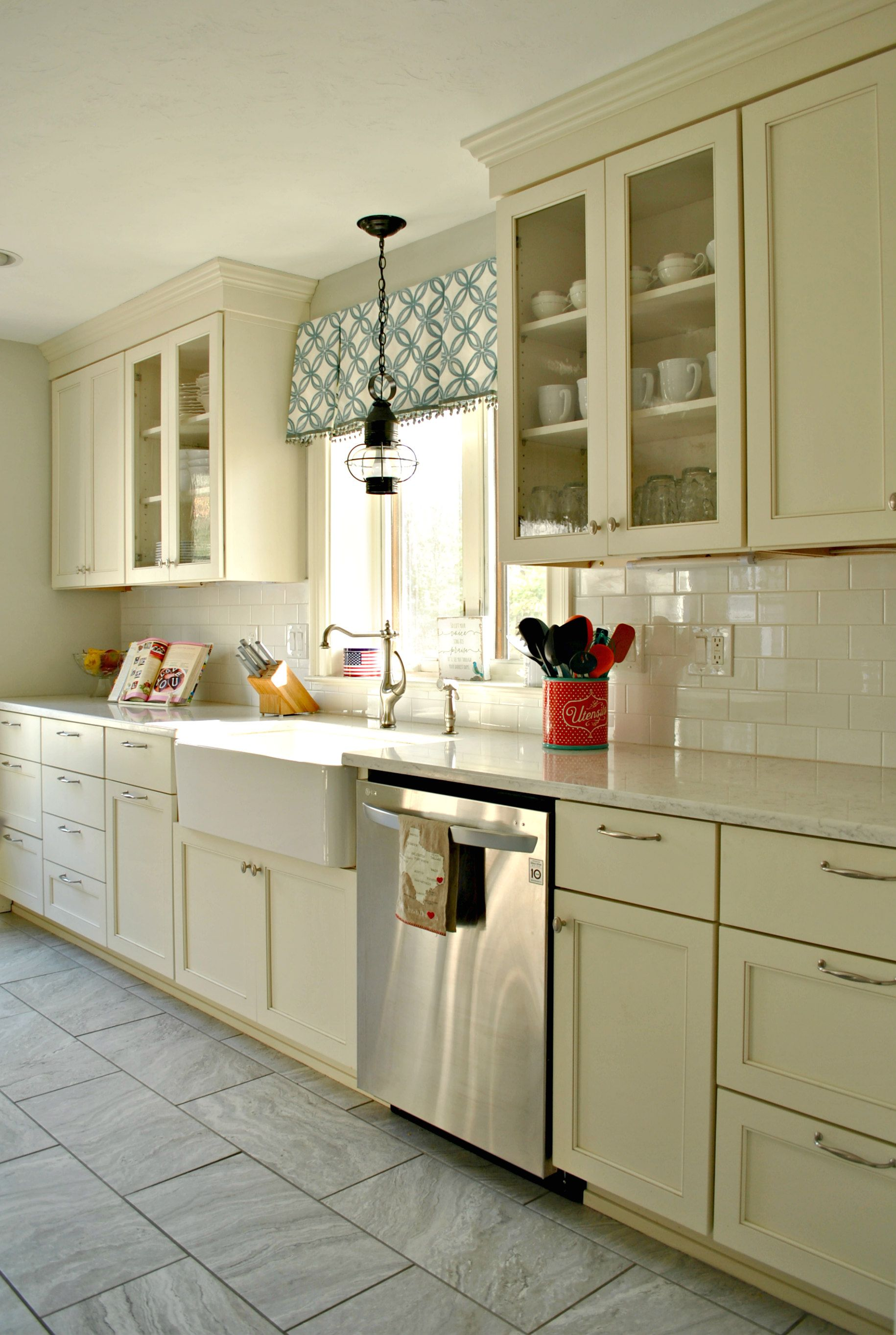Charmant Kitchen Associates Sterling, MA. Designer: Chris Flynn Specie: Maple Doors:  Wabash