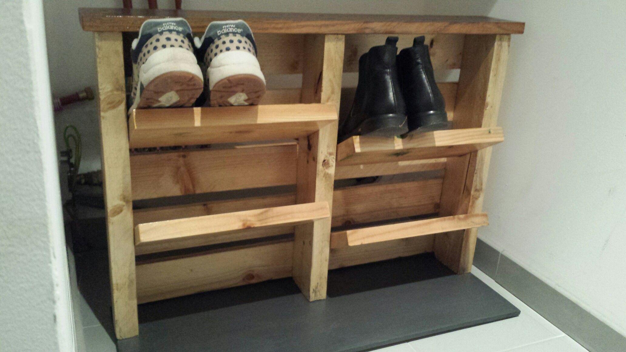 Idee Meuble A Chaussures Avec Structure En Bois De Palette Etageres De Plancher Et Fond En Contreplaqu Palette Bois Meuble Chaussure Meuble Chaussures Palette