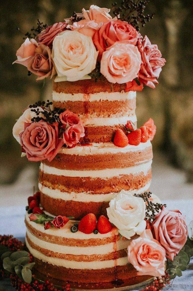 Pastel de bodas desnudo coronado con flores estilo Shabby Chic