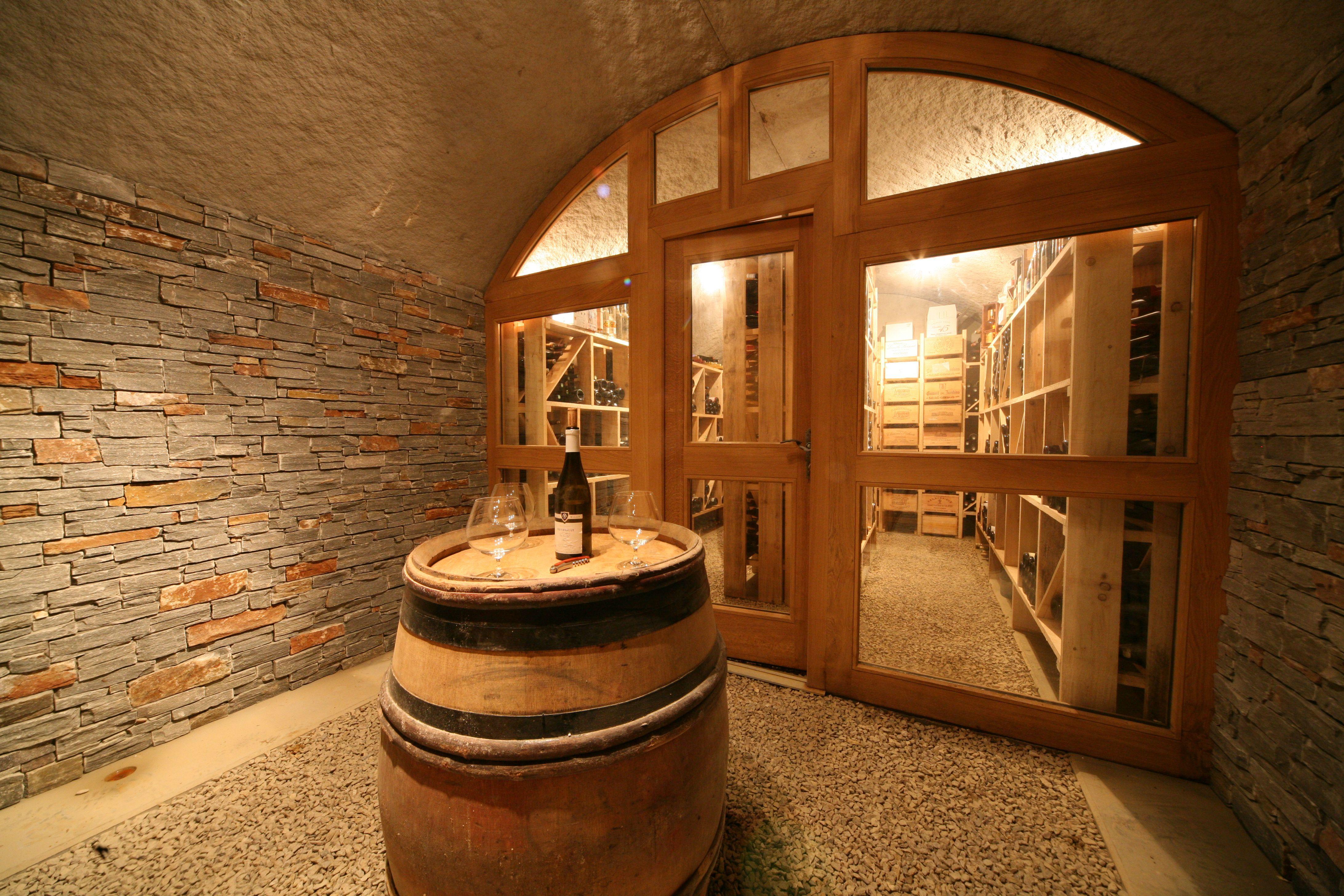 Cave vout e pointcav avec porte de s paration et habill e en pierre de parement cave vin - Porte de cave securisee ...