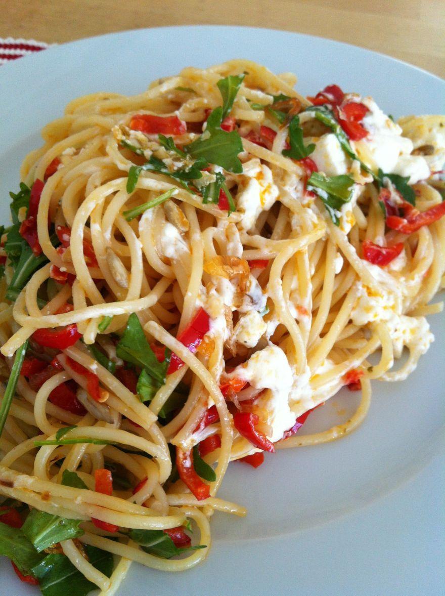 Spaghetti mit Paprika und Schafskäse