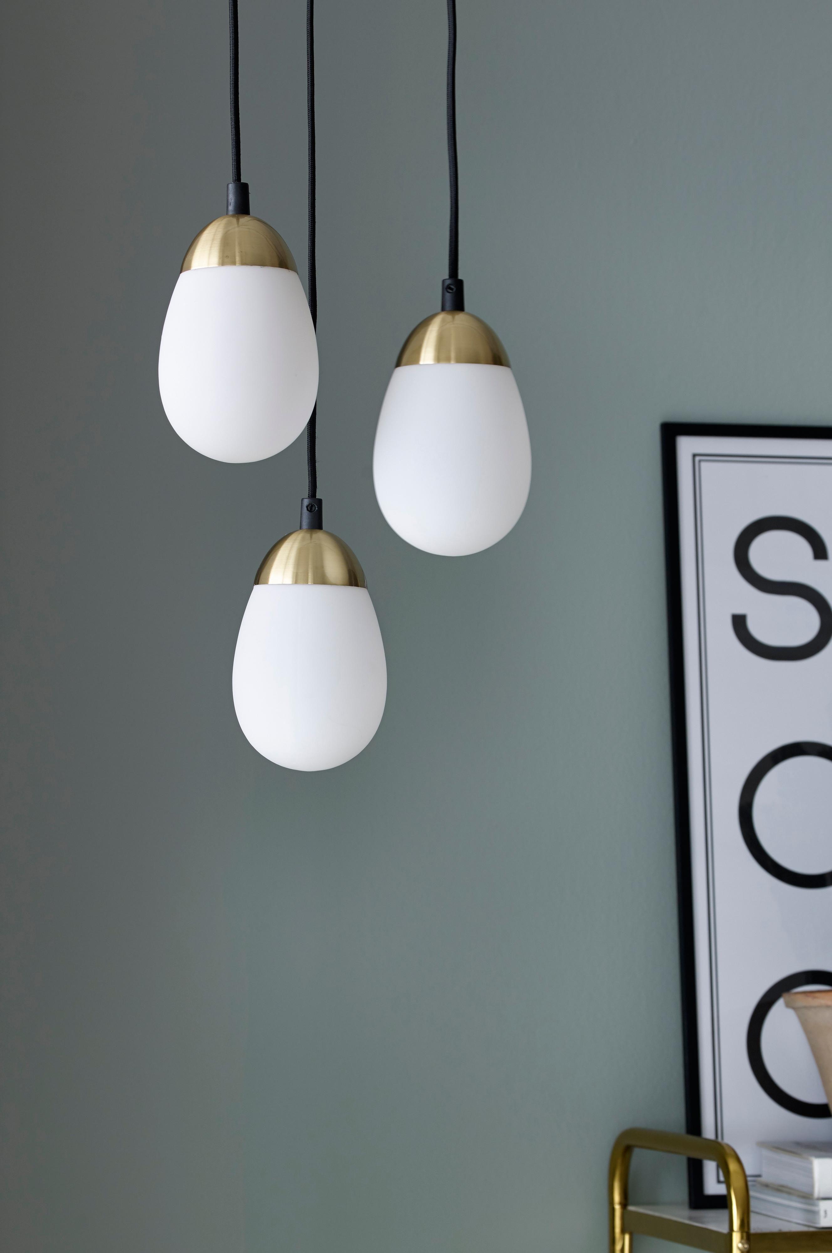 Ikkunavalaisin, jonka kupu mattapintaista valkoista lasia ja yläosa messinginväristä metallia. Korkeus 17 cm, ø 11 cm. Musta kangaspäällysteinen johto, jossa seinäpistoke, johdon pituus 350 cm. Pieni lampunkanta E14. Enintään 40 W.