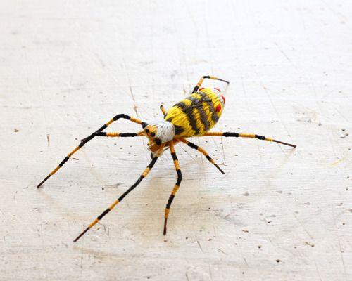 立体刺繍の昆虫のブローチ 女郎蜘蛛 立体 刺繍 刺繍 ブローチ