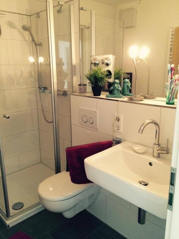 Gemütliche Badezimmer-Einrichtungsinspiration mit großem Spiegel ...