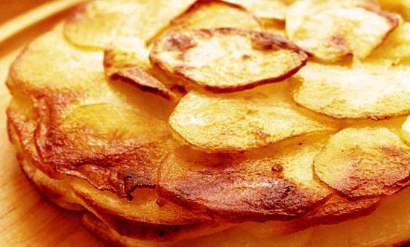Las patatas al horno son una receta fácil y socorrida a la hora de preparar alguna guarnición. Con unas cuantas patas, aceite o mantequilla y sal vamos a h