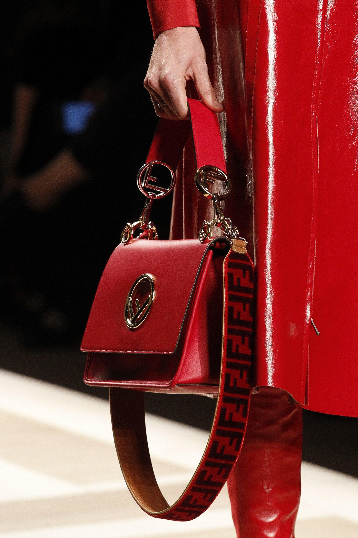 Fendi Fall 2017 Ready-to-Wear Fashion Show   Sac, Mains et Sacs de luxe a107f877aad