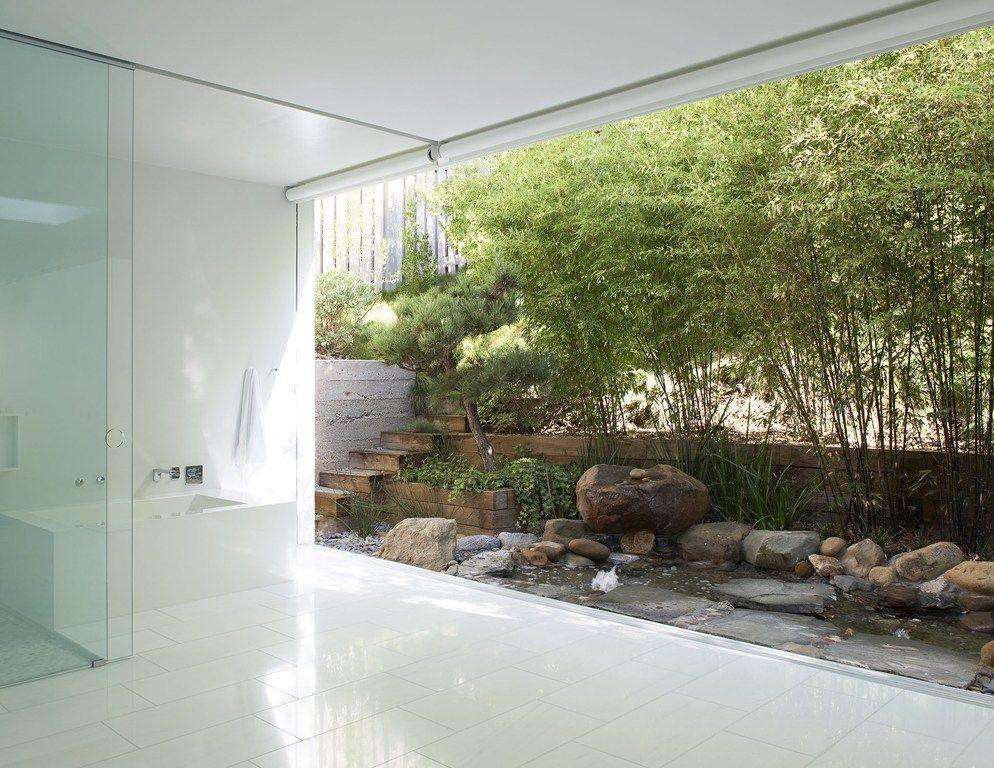 Un rêve de salle de bain, tout en blanc minimaliste, entièrement ...