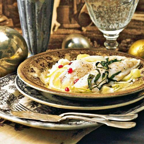 So unkompliziert kann ein Festessen sein! Der Zander gart mit Fenchel und Pernod im Papierpäckchen im Ofen, während wir den Reis mit Granatapfelkernen verfeinern.Zum Rezept: Ofenzander mit Granatapfel-Reis