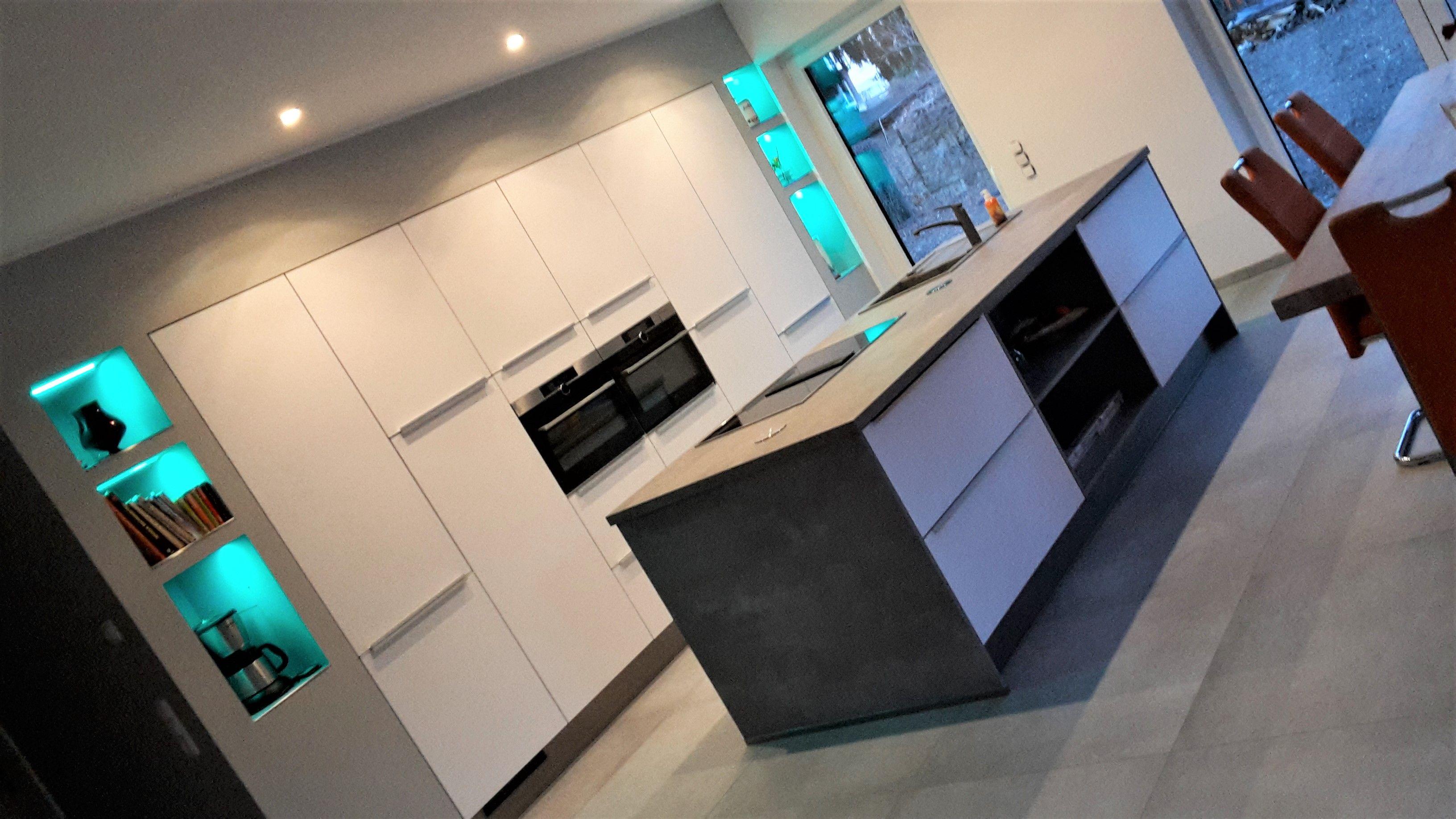 Moderne weiße Küchen kommen durch beleuchtete Regale richtig zur ...