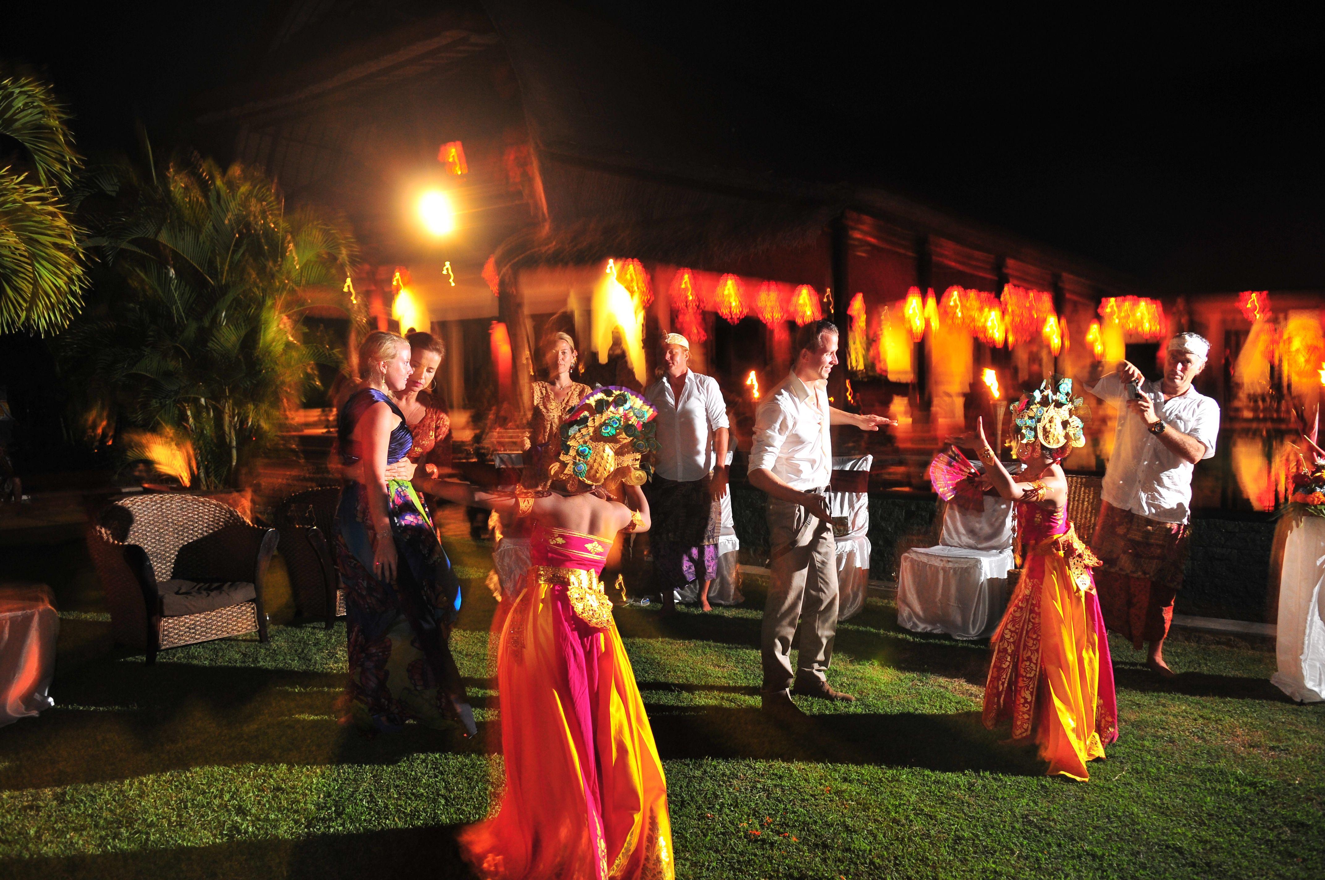 Trouwerij bij www.villabuddha.com  Bali  U huurt onze villa en wij verzorgen uw bruiloft tegen kostprijs op Bali  moniquekruyssen@zonnet.nl  0031(0)644538529 € 1495,- per week inclusief personeel.  trouwerij van onze gasten