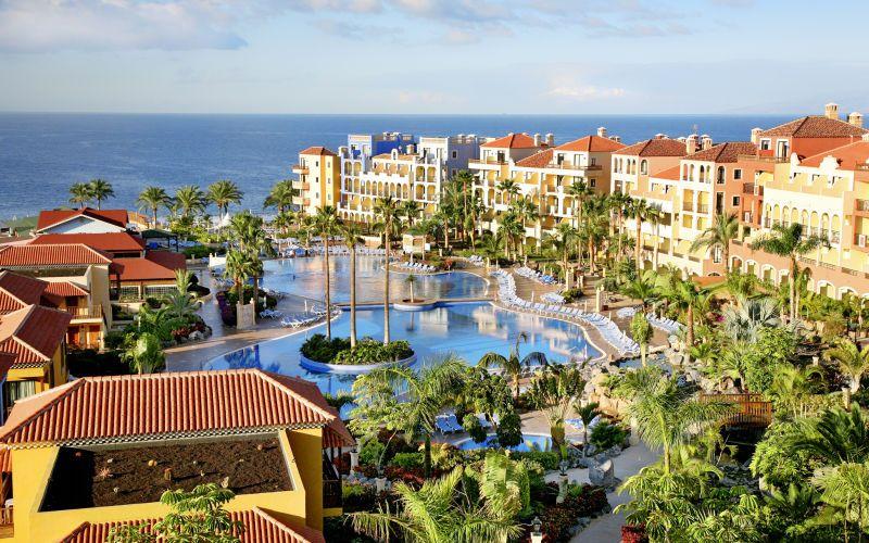 """Bahia Principe Costa Adeje on ihastuttava All Inclusive-hotelli koko perheelle meren vieressä. Hotellilla on viihtyisä allasalue ja uskomattomat näkymät viereiselle La Gomeran saarelle. Hotellialueen ulkopuolella sijaitsee kanarialainen kylä """"Pueblo Pricipe"""". Täältä löydät snackbaarin, diskon ja matkamuistomyymälään. Hotellilla on myös oma pieni kiviranta. www.apollomatkat.fi"""